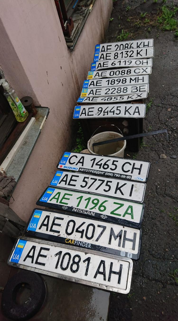 Может узнаешь свой: мужчина собрал утерянные во время непогоды автомобильные номера (Фото). Афиша Днепра