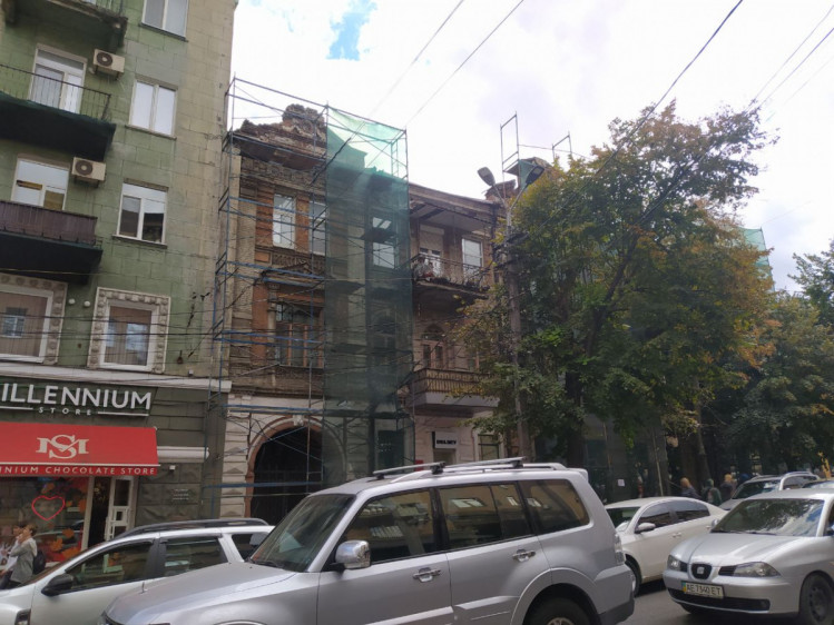 реставрація старовинної будівлі з червоної цегли у центрі Дніпра